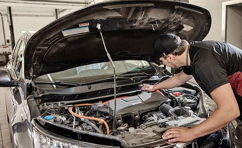 Mechaniker schaut unter die Motorhaube